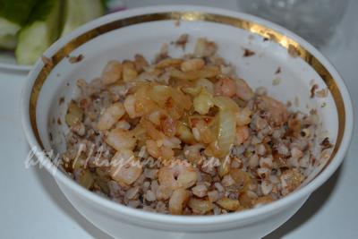Рецепт с фото: гречневая каша с луком и креветками.